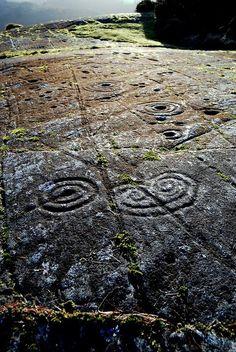 Achnabreck, Espiral de Cuernos, Cairnbaan, Escocia. Puse esta imagen porque es la mayor extensión de arte rupestre en Gran Bretaña. Tiene anillos, tazas, canalones, y algunos motivos curiosos como este espiral de cuernos.