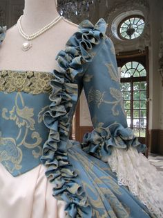 Size 32 to 35 bust.Colonial Georgian by TheEnglishCostumeCo Informations About Venice Carnival. Fully Corseted Pin You can e 18th Century Dress, 18th Century Clothing, 18th Century Fashion, Rococo Fashion, Victorian Fashion, Historical Costume, Historical Clothing, Moda Medieval, Rococo Dress