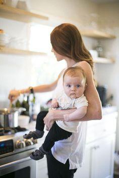 Fotografía cotidiana de mamá con su hijo en la cocina. Ideas para hacer fotos a las madres