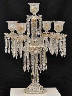 150300105 - Candelabro para cinco velas em vidro cristalizado com pingentes em cristal de variadas f