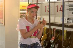 Erstmal 'ne Kippe: Chantal (Jella Haase) raucht an der Tankstelle.