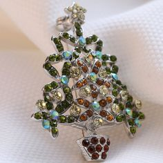 Wanna be attractive on each day? The #vintage Christmas tree #brooch would be your nice accessory. Colorful shining rhinestone makes you eye-catching.