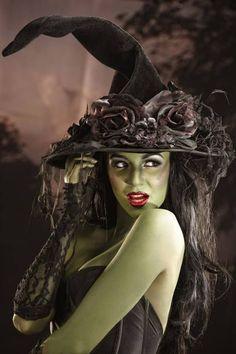 halloween hexe kostüm spitzhut grüne farbe rote lippen