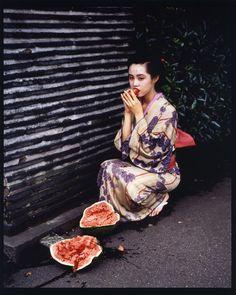 Non, il n'y a pas à nier la violence des images, il y a au-delà, pour qui s'intéresse à « Araki fait oeuvre » à regarder. On est alors saisi par la puissante beauté des images, aussi mal à l'aise mettent-elles. Il explore un territoire de création qu'il n'invente pas entièrement. Car enfin, dans la série « Tokyo Lucky Hole » et l'ouvrage qui en est résulté, Araki ne fabrique pas une réalité, celle d'un commerce du sexe, de la pornographie hâtive de comptoir ou de chambre d'hôtel.