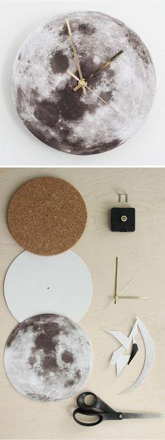 Quer dar uma mudada barata e linda? #Façavocêmesmo um relógio de lua para a sua #casa! Você não precisa muito, só de um suporte de madeira ou plástico, uma estampa e um relógio! #MadeiraMadeira