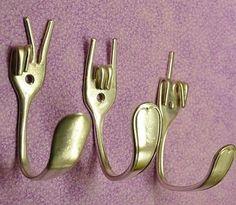 ♥*´¨) ¸.•¸.•´¸.•*´¨) ¸.•*¨) (¸. •´ (¸. • * ~ Drei silberne vergoldete Gabeln sind gebogen, um Handgesten FRIEDEN, GABEL SIE und ROCK ON darstellen. Sie sind einsetzbar für Jacken, Rucksäcke, Handtücher, Mützen, Schlüssel, Schürzen usw... Ein fertige Haken misst ca. 3 Zoll tief, 4 Zoll groß und 1 bis 2 Zoll breit. Auf Bestellung gefertigt und Besteck Muster variieren. Schrauben für die Montage enthalten. Wir machen auch handgefertigte Regale aus recyceltem Holz in beliebiger Länge und Far...