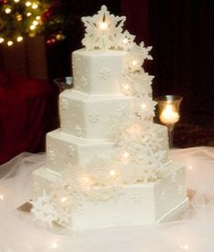this is absolutely gorgeous! I LOVE snowflakes but LOVE outside summer weddings! Ohh the confliction !!!