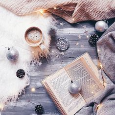 17 Ideas flowers photography winter beautiful for 2019 Christmas Flatlay, Christmas Mood, Noel Christmas, Xmas, Christmas Lights, Winter Photography, Light Photography, Photography Flowers, Coffee And Books