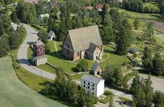 Pyhän Ristin kirkko, kellotapuli ja lainamakasiini. Kuva: MV/RHO Hannu Vallas 2003