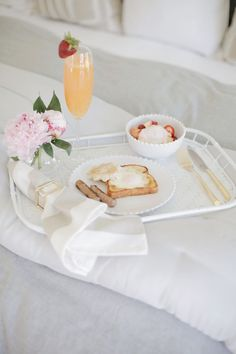 We love the addition of these beautiful and elegant peonies, to this beautiful and elegant Mother's Day breakfast in bed Breakfast Party Foods, Heathy Breakfast, Breakfast In Bed, Mothers Day Decor, Mothers Day Flowers, Happy Mother S Day, Mother Day Gifts, Fruit Parfait, Mother's Day Gift Baskets
