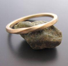 14 k Gold und Silber Eheringe set. Als seine und ihre Ringe oder für alle Paare Ringe gemacht. Moderne und geometrische Ringe, mit dezenten Twist inspiriert von der Ewigkeit Möbiusband. Auch ideal als minimalistisch und zierlich Stapeln Ringe oder für besondere und einzigartige