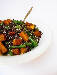 Insalata di riso Venere, asparagi e tempeh alla curcuma e curry