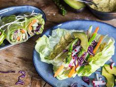Salat-Wraps mit Gemüsefüllung und Hummus