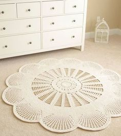 The round crochet rug is a versatile craft that you can make to decorate your home or even to sell and complement your income. Crochet Doily Patterns, Crochet Doilies, Crochet Flowers, Crochet Carpet, Crochet Home, Learn Crochet, Picot Crochet, Plastic Carpet Runner, Doily Rug