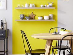 Au zénith - Le jaune, la couleur tendance de la saison, prend ses quartiers dans la salle à manger. Peint en coloris jaune soleil, une bande verticale casse la monotonie d'un mur totalement blanc et met en valeur la jolie vaisselle assortie. Un coloris lumineux pour profiter d'une maison joyeuse toute l'année ! http://www.castorama.fr/store/pages/inspiration-peinture-rouge-orange-jaune.html
