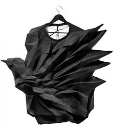 Geometric Fashion - t-shirt - innovative fashion design with amazing dimensional structure; part of a series capturing a bird in various stages of flight // The T-Shirt-Issue fashion design inspiration Art Comes First: Inspirations Origami Fashion, 3d Fashion, Fashion Details, Fashion Design, Mode Origami, Mode 3d, Geometric Fashion, Geometric 3d, Moda Chic