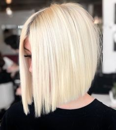 If you have straight and blonde hair, rock this look without effort! The fullness of tresses is what makes this a gorgeous short hairstyle for thick hair. Layered Bob Hairstyles, Hairstyles With Bangs, Bob Haircuts, Simple Hairstyles, Fancy Hairstyles, Everyday Hairstyles, Celebrity Hairstyles, Ponytail Hairstyles, Weave Hairstyles