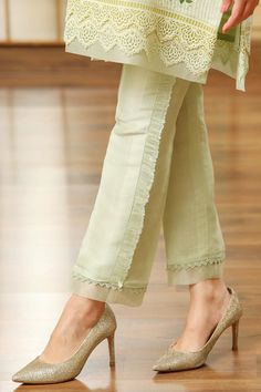 Trousers For Girls, Trousers Women, Pants For Women, Capri Trousers, Trouser Pants, Pakistani Fashion Casual, Pakistani Dress Design, Pakistani Girl, Pakistani Designers