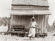 Mississippi in the Great Depression: This photograph was taken near Jackson, Mississippi in The woman pictured is a cotton sharecropper. The shack in the background shows the hard life and few comforts of the sharecropping life. Women In History, Black History, Old Pictures, Old Photos, Jackson Mississippi, Mississippi Delta, Dust Bowl, Bonnie Clyde, Great Depression