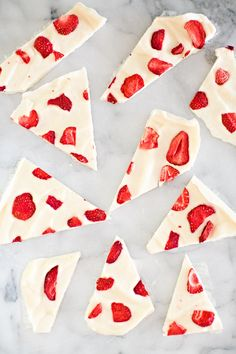 This simple strawberry frozen yogurt bark recipe makes a perfect quick snack or healthy dessert your kids will love. Easy Snacks For Kids, Kids Meals, Quick Snacks, Easy Kids Baking, Healthy Desserts For Kids, Kid Snacks, Clean Eating Recipes, Clean Eating Snacks, Strawberry Frozen Yogurt
