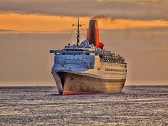 RMS Queen Elizabeth 2 Most beautiful image and lighting! Merchant Navy, Merchant Marine, Celebrity Cruise Ships, Rms Queen Elizabeth, Cunard Ships, Steamers, Ship Art, Model Ships, Tall Ships