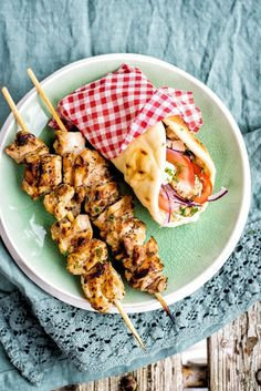 Greek chicken skewers with Tzatziki sauce - serve in pitta bread with tomatoes, onion and a little feta Healthy Dinner Recipes, Vegetarian Recipes, Cooking Recipes, Greek Chicken Skewers, Chicken Kebab Recipe Skewers, Picnic Foods, Picnic Recipes, Picnic Ideas, Greek Recipes