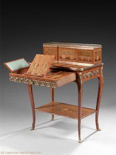 Charles TOPINO (estampillé) Bonheur-du-jour aux ustensiles « à la chinoise » Vers 1770-1780 Bâti de chêne, placage de bois de rose, de sycomore et d'amarante, marqueterie de bois polychromes et bronzes dorés 92 x 69,5 x 45,5 cm
