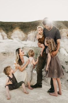 What to Wear tips for family photography sessions for clients looking for styling ideas Source by fredenhagen Look Family Portrait Outfits, Family Picture Outfits, Family Posing, Family Photoshoot Ideas, Family Portraits What To Wear, Summer Family Photos, Family Beach Pictures, Neutral Family Photos, Family Pics