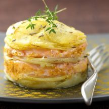 Potato mille-feuille with salmon Fish Recipes, Seafood Recipes, Cooking Recipes, Healthy Recipes, Fingers Food, Food Porn, Baked Salmon, Antipasto, I Foods