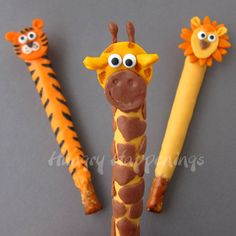 Jungle Animal Pretzel Pops. Tiger,  giraffe, and lion pops decorated with modeling chocolate. Tutorial from HungryHappenings.com Chocolate Dipped Pretzel Rods, White Chocolate Pretzels, Pretzel Dip, Pretzel Treats, Valentines Day Teddy Bear, Edible Crafts, Modeling Chocolate, Candy Stations