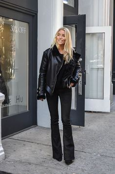 bootcut jeans bootcut jeans what to wear with bootcut jeans best outfits Jeans Outfit Winter, Black Jeans Outfit, All Black Outfit, Black Outfits, Casual Outfits, Mode Dope, Black Bootcut Jeans, Casual Jeans, Jeans Flare