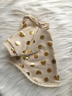 Simple adorable! This gorgeous knit dog shirt is made of an oatmeal colored knit fabric thats adorned with gold foiled hearts and circles. Its accented with a dainty lace trim along raglan sleeves and along the hem line. ::::::: Please be advised that there is no standard sizing