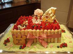 お菓子の家と、可愛い動物たち。メルヘンなイチゴたっぷりのケーキです。