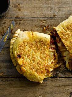 Calzones express con tomate, cebolla y muzzarella