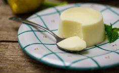 La panna cotta al limone è il dessert ideale per rinfrescare il palato dopo un pasto corposo.
