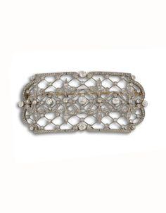 Broche Belle Epoque en oro blanco de 18 kts, diseño calado con diamantes, talla antigua.