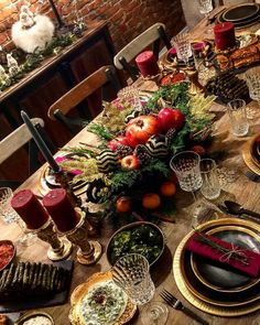 Christmas tablescape decoration by @alyasbakery