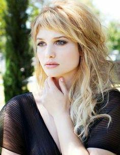 coupe avec frange, cheveux blonds avec frange courte et ondulations messy