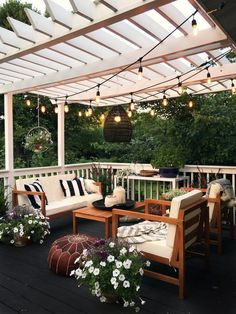 Pretty backyard pergola with vines, string lights and greenery. Great backyard design for parties. Home design decor inspiration ideas. Design Eclético, Patio Design, House Design, House Exterior Design, Terrace Design, Dream House Exterior, Interior Design, Interior Ideas, Creative Design