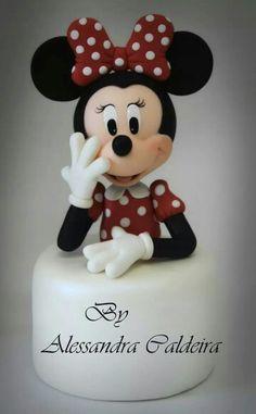 Excelente trabajo de Alessandra Caldeira Mickey And Minnie Cake, Mickey Cakes, Minnie Mouse Cake, Disney Mickey, Minnie Mouse Party Decorations, Fondant Decorations, Sculpted Cakes, Fondant Cake Toppers, Cake Tutorial