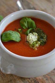 Zelfgemaakte tomatensoep (met bliktomaten) met pestomascarpone