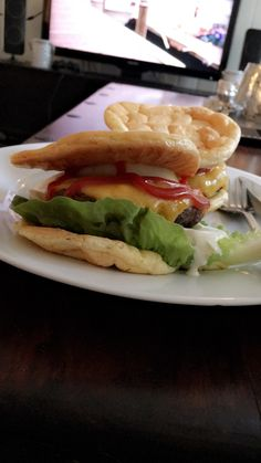 Cloud Bread, Lchf, Hamburger, Ethnic Recipes, Food, Hamburgers, Meals, Yemek, Burgers