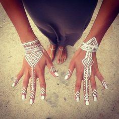 weißes Henna Tattoos an den Händen