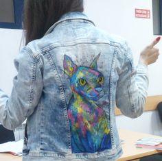 ¿Te gustan los gatos? Lleva a tu mascota favorita detrás de tu chamarra.   18 Ideas geniales que te harán querer pintar a mano todas tus chamarras