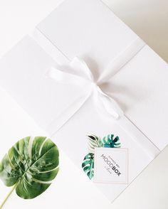 Entrando no clima da nossa #MOODBox Essa caixa com perfume summer é mais um projeto lindo realizado em parceria com marcas e e-shops maravilhosos da curadoria do nosso site como @freeflats @mybasic @ludik_label via @style_market @cervejapraya @b.eatfood e @reload_positivebeauty e entregue para top mulheres que fizeram parte das nossas histórias especiais.  #MOODBoxiLovee . . . #moda #fashion #instamoda #fashionista #style #chic #instafashion #trendy #musthave #look #instago #instacool #cute…