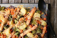 Rask og enkel alt-i-ovnen laksmiddag (lindastuhaug) Seafood Recipes, Indian Food Recipes, Ethnic Recipes, Paella, Feta, Shrimp, Nom Nom, Bacon, Food And Drink
