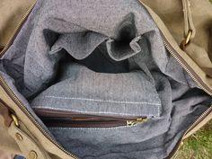 *Diese moderne Handtasche aus Segeltuch und Leder ist sowohl schlicht als auch elegant. Die hochwertige Verarbeitung sowie eine geschickte Aufteilung im Inneren machen diese Tasche perfekt für...