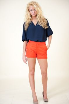 Love the orange shorts. Maybe a little longer though Orange Shorts, Red Shorts, Get Toned, Summer Colors, Auburn, Fashion Beauty, Short Dresses, Trousers, Classy