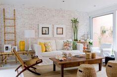 Além da parede em branco patinado, os móveis, o teto e o piso nessa cor dão claridade ao ambiente Foto: Divulgação: Marília Veiga Decoração de Interiores