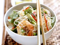 Asiatisch, würzig, lecker! Glasnudelsalat mit Garnelen - smarter - Kalorien: 358 Kcal - Zeit: 30 Min. | eatsmarter.de